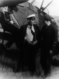 Головний геолог «Укрсхіднафторозвідка» С.Е. Черпак біля службового літака