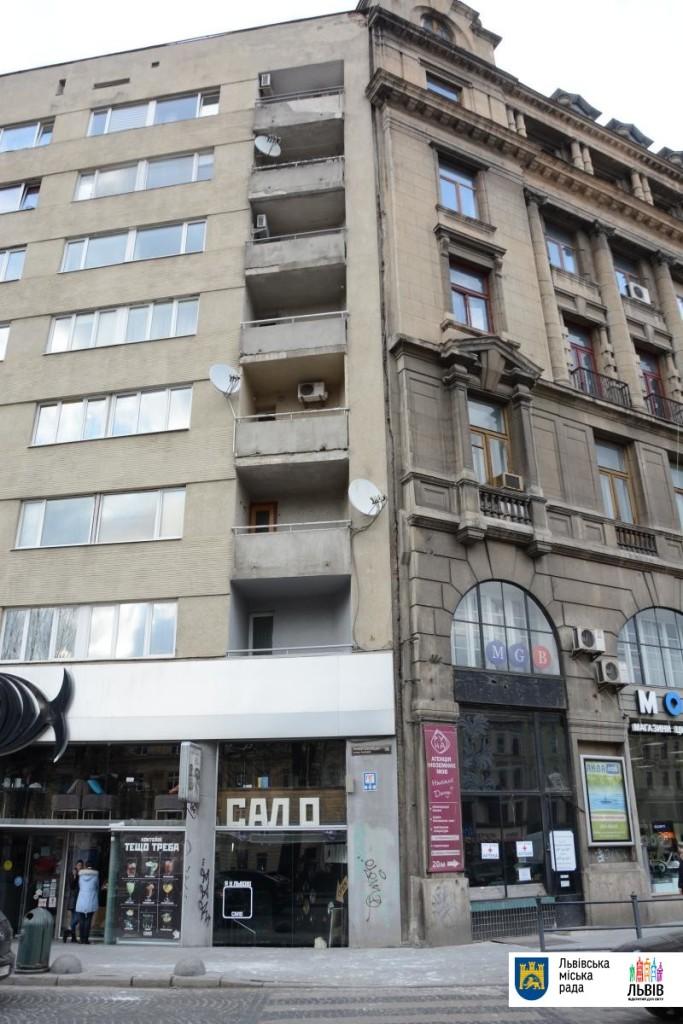 На фото, яке розмістила у себе Львівська міська рада, добре видно межу між будинками (справа – будівля ДП «Західукргеологія»), а також місце падіння штукатурки під балконами житлового будинку на просп. Свободи 6/8